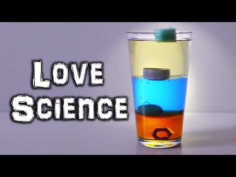 他將這些不同種類液體倒進玻璃杯中做實驗,最後當丟下塑膠瓶蓋呈現的驚人效果完全應該納入學校教材裡面啊!