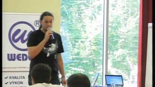 Foto z akcie WordPress konference prednáša Daniel Dubravec.