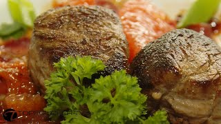 Wildschwein-Medaillons auf Gänsebrust Carpaccio und karamellisierten Grapefruitespalten