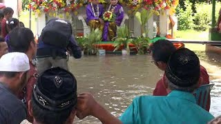 Video Keseruan Pernikahan Sepasang Kekasih di Tengah Banjir MP3, 3GP, MP4, WEBM, AVI, FLV Februari 2018