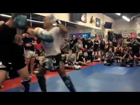 Muay Thai -legenda Saenchai esittelee taitojaan harrastajille