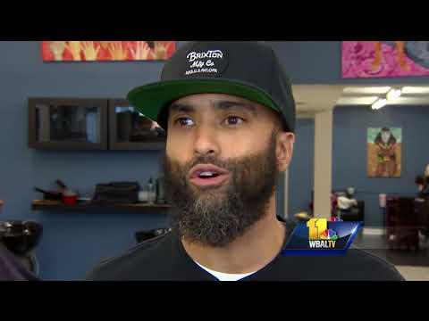 Video: Barber mourns slain Baltimore police detective (видео)