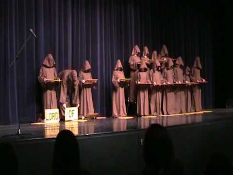 這群高中生打扮成神秘僧侶「不發一語表演聖歌大合唱」,結束時觀眾已經歡呼到完全暴動了!