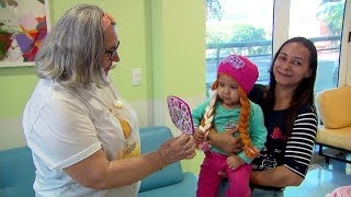 Voluntários doam toucas e perucas para crianças no Amaral Carvalho em Jaú