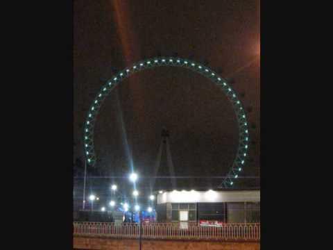 著燈變色的London Eye
