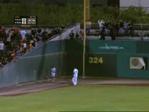 棒球場上,一個會飛的小女孩!