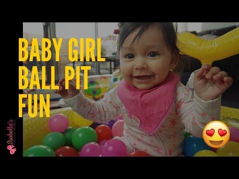 Ball pit balls in house baby girl playing indoor Hermosa bebe Niña jugando piscina de pelotas