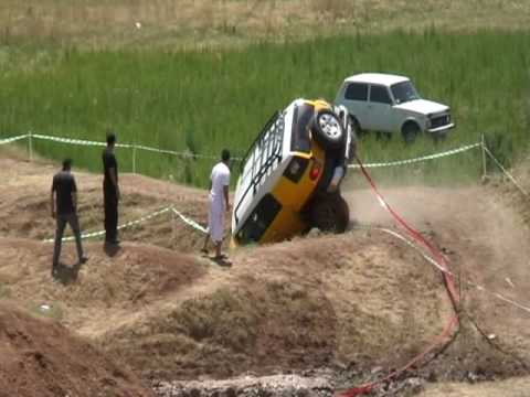 Toyota FJ cruiser struggles with off-road course
