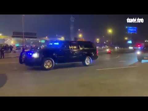 Đoàn xe chở Tổng thống Mỹ tiến vào sân bay Nội Bài - Thời lượng: 1:28.