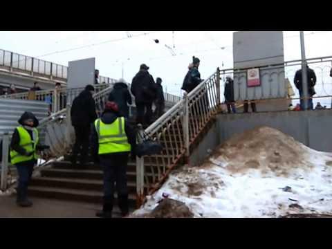 Безбилетная женщина прорывается на станции Крюково