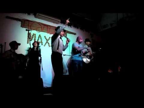 «А я не москаль»: в МахноПАБі на концерті Ореста Лютого росіянин порвав паспорт (відео)
