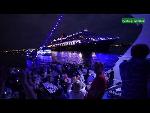 Die Queen Mary 2 - blau erleuchtet verlässt sie den Hambu ...