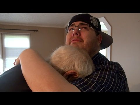 這位老爸爸以為自己在幫兒子和媳婦看新房,直到兒子掏出了一支鑰匙給他!