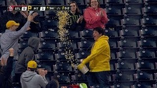 A fan uses a tub of popcorn to make a catch - YouTube
