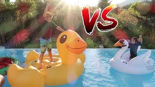 Video CHALLENGE GONFLABLES DANS LA PISCINE ! 💦 MP3, 3GP, MP4, WEBM, AVI, FLV Juli 2017