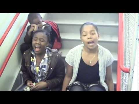 Две девушки поют песню Set Fire To The Rain de Adele / видео