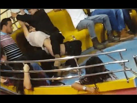 這位「沒穿內褲的女生」不小心被遊樂設施甩下褲子,旁邊男友緊急救援卻讓場面更尷尬了…
