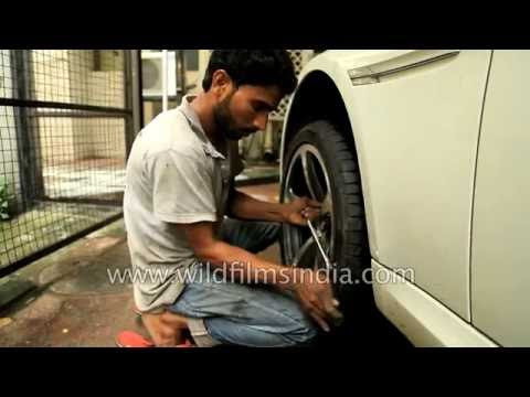 Affixing RFT tyre onto BMW 650i cabriolet, after repairing valve - nozzle