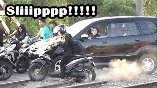 "Video Panik..!!! Perlintasan Kereta Api ""MENGERIKAN & BERBAHAYA"" di Citayam MP3, 3GP, MP4, WEBM, AVI, FLV September 2018"