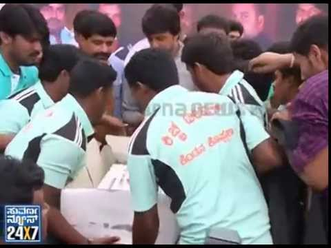 Kiccha sudeep birthday celebration with fans  looked like sudeep was more tensed from a fan 02 September 2014 02 PM