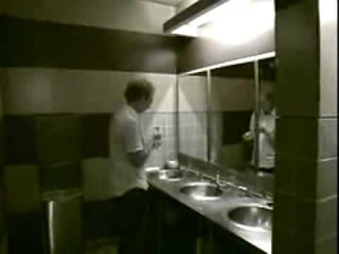 兩個人在廁所就脫下褲子做XO,害路人都不敢進入了!