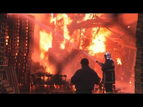 Περιορίστηκε η φωτιά στο εργοστάσιο της Carton Pack Hellas στην Αρχαία Κόρινθο
