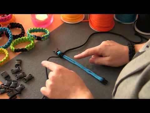 armbånd - Se den nemme knytteteknik i videoen og køb de anvendte materialer her: http://www.avformshop.dk/ide-og-inspiration/13075-knyttede-armbaand-af-faldskaermssnoere.