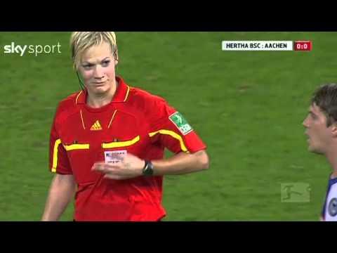 世界盃足球賽的女裁判竟被襲胸,國際足球協會表示..