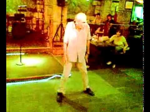 Abuelo bailando al ritmo de Lady Gaga