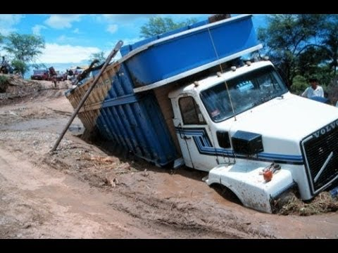 Shocking trekker, tractor lorry stuck in some mud can't climb out