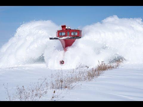 Τρένο περνά μέσα από το χιόνι