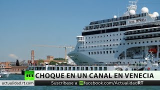 Choque de un crucero contra un muelle y un barco turístico en un canal en Venecia