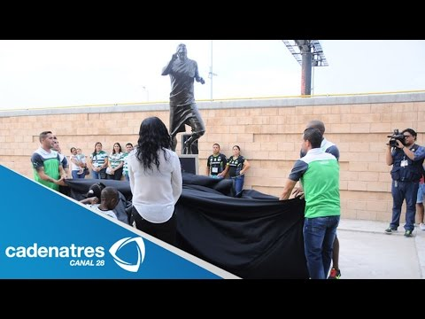 devela - El club Santos devela en Torreón una estatua en honor al ecuatoriano Christian Benítez 11/08/14 The club Santos in Torreon unveils a statue honoring the Ecua...