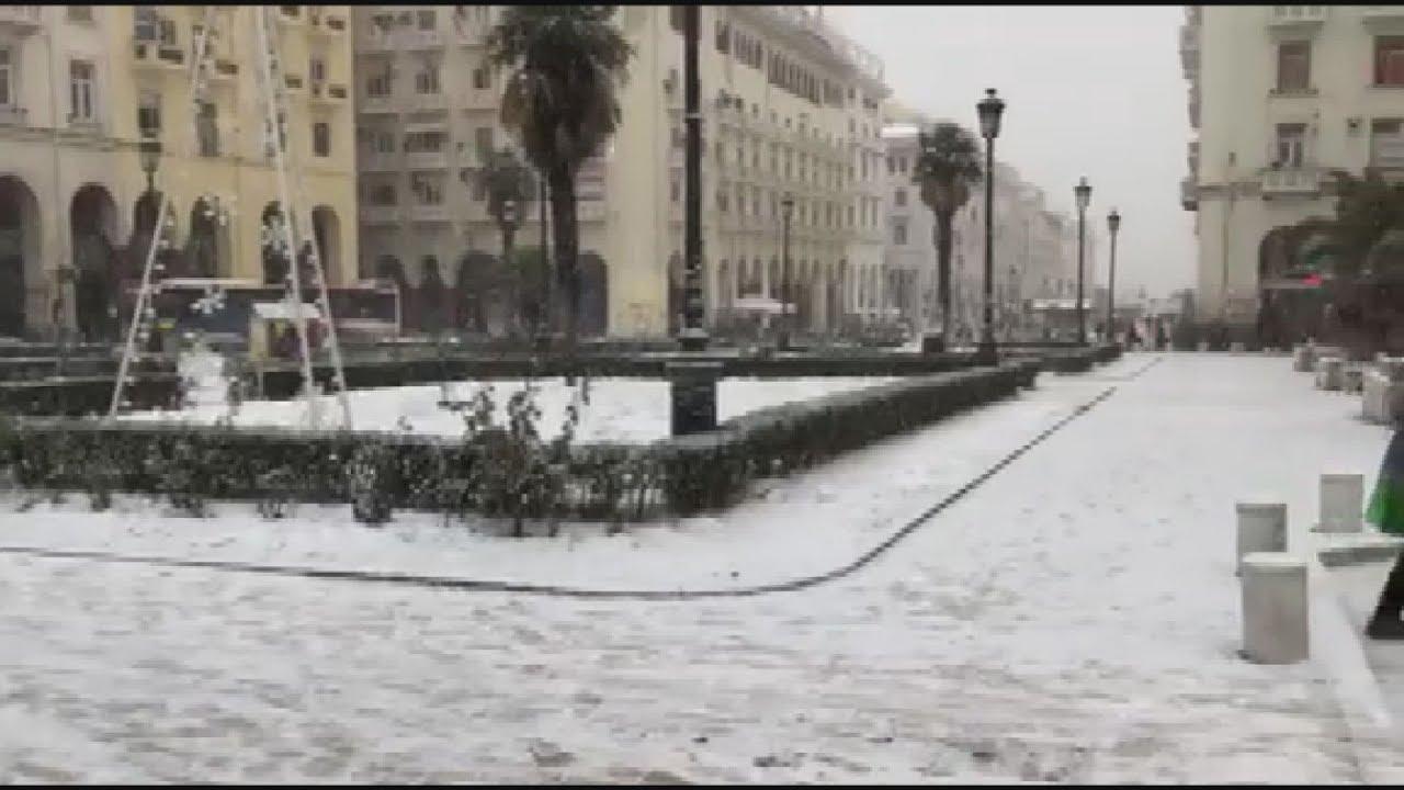 Η «Υπατία» χτυπά τη Θεσσαλονίκη: Χιονίζει στο κέντρο της πόλης