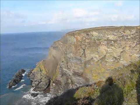 alcuni turisti filmano per caso il crollo improvviso di una scogliera!
