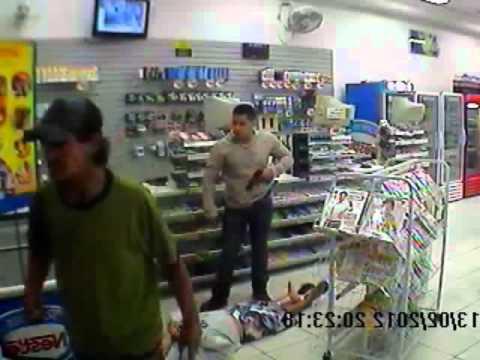 Câmera de segurança flagra policial matando bandido com um tiro no peito
