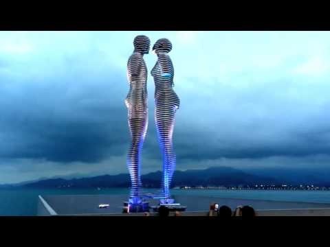 Estatua móvil - Ali y Nino