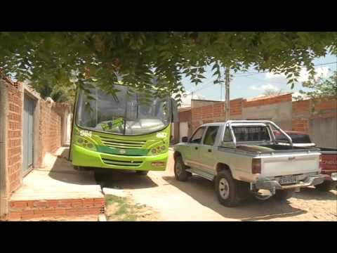 Ônibus sobe calçada e gera temor no bairro Wall Ferraz