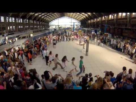 flash mob - Flashmob mis en scène par Eric KOLOKO en gare de Lille Flandres le 24 juin 2014 à l'occasion du Mondial de foot au Brésil. Allez les Bleus !!! Réalisation vi...