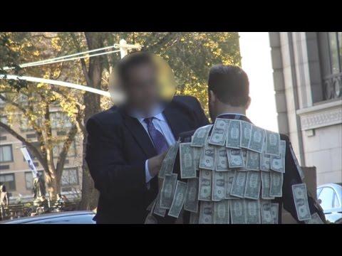 他把紙鈔貼滿衣服後拿著「需要就拿吧」的字牌走在街上,路人的反應證明社會病了!