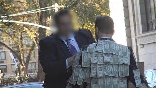 Expérience sociale: il se promène avec des billets de banque accrochés sur sa veste