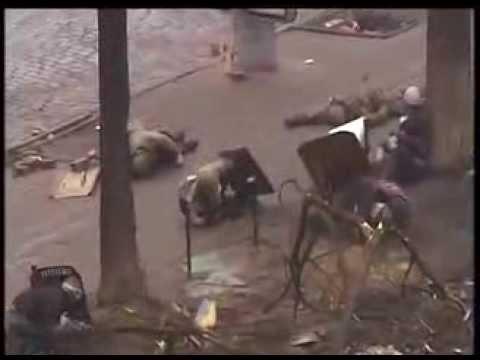 Снайпер стреляет по митингующим Майдан Украина по людям без оружия с щитами 2014 - DomaVideo.Ru
