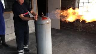 Video éteindre une bonbonne de gaz en flamme MP3, 3GP, MP4, WEBM, AVI, FLV Agustus 2017