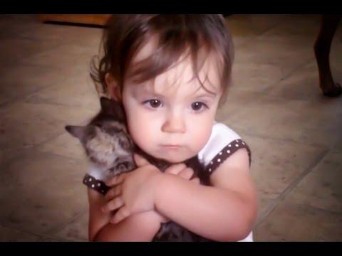 小女孩超愛她的小貓咪