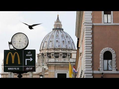 Με… ευχές και κατάρες άνοιξαν τα McDonald's στο Βατικανό