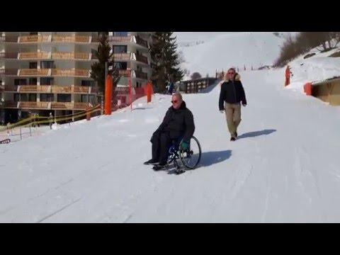 Retour au parking en hiver en fauteuil roulant avec des wheelblades - 1ère partie
