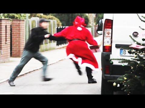 Santa Claus Roba Los Paquetes de un Repartidor en Navidad