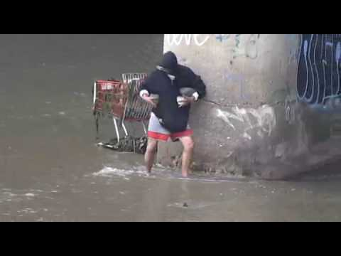 Bắt cá bằng cách ném đá, thiệt là hay quá, há há :))