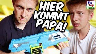 Die Jungs beschießen sich mit Nerf Guns. Das kann sich Papa natürlich nicht nehmen lassen und zu dritt machen wir eine Nerf Gun Challenge : )YouTube Kanäle der Familie:► Ash5ive: https://goo.gl/zv9uKT► Echtso: https://goo.gl/OB8xbM► MaxApps : https://goo.gl/aTXLRv► TipTapTube: https://goo.gl/aBz7Vj► marieland: https://goo.gl/noHjb5-------------------------------------------------------------------------Unsere Ausrüstung► Kameras:Canon DSLR EOS 77D http://amzn.to/2qSF42J *Canon DSLR EOS 750 D http://amzn.to/2r8IIDJ *Canon Objektiv 10-18 mm http://amzn.to/2pEL7UB *Canon Objektiv 18-55 mm http://amzn.to/2rXRvsv *Canon Powershot G7 X Mark II http://amzn.to/2pEACRo *Canon Legria Mini X Canon Powershot SX 600 HS http://amzn.to/2r6Vn9r *Speicherkarte http://amzn.to/2qilxtZ *► Stative:Amazon Basics http://amzn.to/2pENOpe *Joby Gorillapod http://amzn.to/2rHOboD *► Beleuchtung:Studio Leuchten 5500K  http://amzn.to/2r6Wnu2 *► Videobearbeitung:Magix Video Deluxe 2017 http://amzn.to/2r6HKa7 *-------------------------------------------------------------------------Social Media:►Abonnieren: http://www.youtube.com/user/tipTapTube?sub_confirmation=1►Google+: https://plus.google.com/116140844908798504019/posts►Facebook: https://www.facebook.com/TipTapTube►Twitter: https://twitter.com/TipTapTube►Instagram: TipTapTube-------------------------------------------------------------------------►Autogramm-Karten: Bitte schicke uns einen ausreichend frankierten und mit deiner Adresse versehenen Rückumschlag an:►Unsere Post Adresse für BRIEFETipTapTubePostfach 611124122 KielWer eine Autogrammkarte haben möchte: Du brauchst 2 Briefumschläge und 2 Briefmarken: Auf Umschlag 1 schreibt du vorne leserlich deine Adresse drauf, und eine Briefmarke drauf (Briefporto).Diesen Umschlag bitte gefaltet (nicht zukleben!) in den zweiten Umschlag stecken. Auf den zweiten Umschlag bitte unsere Postfach Adresse draufschreiben und eine Briefmarke draufkleben.►Unsere Post Adresse für PAKETETipTapTubePackstation10