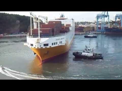 Manobra de navio no porto de Vitória: Grimaldi Grande Amburgo